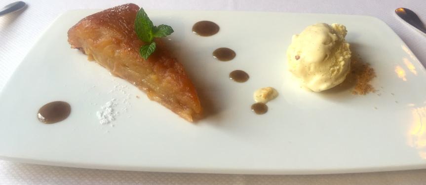 Une tare tatin et sa boule de glace vanille et ce caramel de pomme ( enfin je crois) . Simple , raffinée et intense.