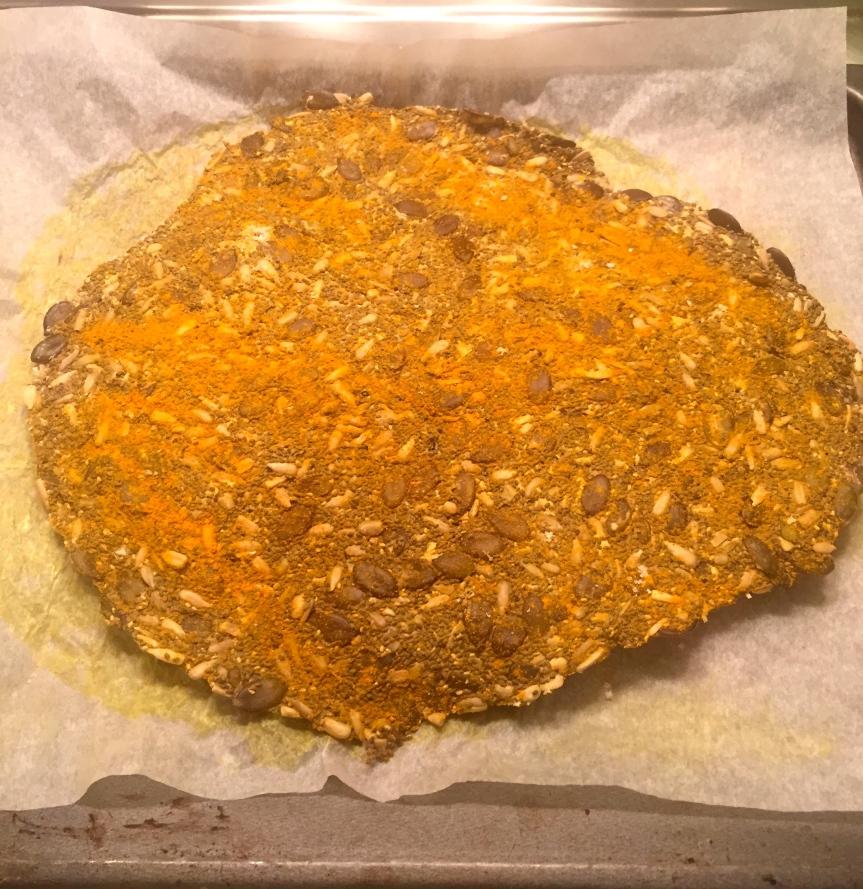 Crackers aux graines sans gluten en fin de cuisson