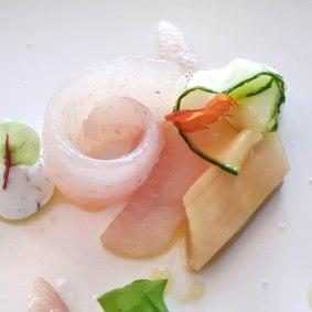Perche LOË marinée, rhubarbe marinée et fleur de sureau, yaourt au raifort et feuille de capucine - crédit photo Walery Osowieky