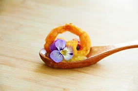 Amuse-Bouche Crevettes Avocats et Curry par EchaloteandCo et Saras_healthy_kitchen Credit Photo Morgan Richoz